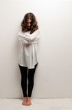 Junge geisteskranke Frau mit Zwangsjackestellung lizenzfreies stockfoto