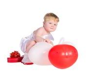 Junge gekleidet als Engel mit den weißen und roten Ballonen lizenzfreie stockbilder