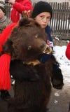 Junge gekleidet in der Bärenhaut lizenzfreie stockfotos