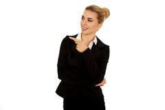 Junge gelächelte Geschäftsfrau, die ihren Finger zeigt stockbild