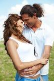 Junge Geliebte Paare, die draußen einander betrachten lizenzfreies stockbild