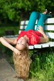 Junge gelockte blonde Frau Lizenzfreie Stockfotos