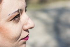 Junge gelockte blonde Frau ernst Lizenzfreie Stockfotos