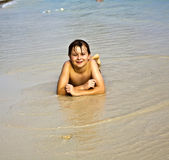 Junge genießt seine Ferien am Strand lizenzfreie stockbilder