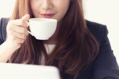 Junge Geschäftsfrau Asiens in einem Café Lizenzfreie Stockbilder