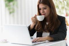 Junge Geschäftsfrau Asiens in einem Café Stockbild