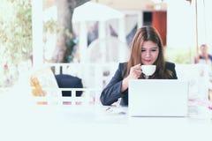 Junge Geschäftsfrau Asiens in einem Café Stockfotografie