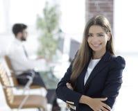 Junge Geschäftsfrau auf dem Hintergrund des Büros Lizenzfreie Stockbilder