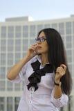 Junge Geschäftsfrau auf Hintergrund des Wolkenkratzers Stockfotos