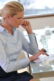 Junge Geschäftsfrau auf Sitzung Stockfoto