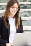 Junge Geschäftsfrau auf Treppen stockfotos