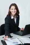 Junge Geschäftsfrau bei der Arbeit Lizenzfreie Stockbilder
