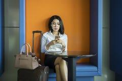 Junge Geschäftsfrau benutzt Gesichtsidentifizierung lizenzfreies stockfoto