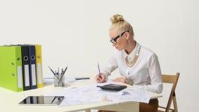 Junge Geschäftsfrau-Calculating-Finanzdaten stock footage