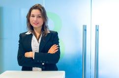 Junge Geschäftsfrau an der Aufnahme Stockfotos