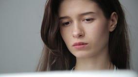 Junge Geschäftsfrau, die über Computer, grauen Hintergrund arbeitet stock video
