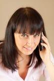 Junge Geschäftsfrau, die über dem Telefon spricht Lizenzfreies Stockbild
