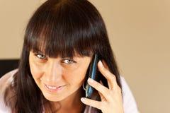 Junge Geschäftsfrau, die über dem Telefon spricht Stockfotografie