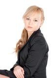 Junge Geschäftsfrau, die über weißem Hintergrund aufwirft Lizenzfreie Stockfotos