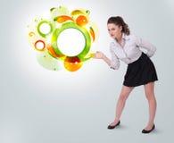 Junge Geschäftsfrau, die abstraktes copyspace darstellt Lizenzfreie Stockbilder