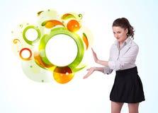 Junge Geschäftsfrau, die abstraktes copyspace darstellt Stockfotografie