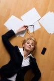 Junge Geschäftsfrau, die auf Fußboden liegt Lizenzfreie Stockfotos