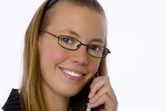 Junge Geschäftsfrau, die auf Handy spricht. Stockbild
