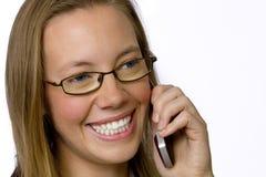 Junge Geschäftsfrau, die auf Handy spricht. Lizenzfreies Stockbild