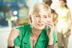 Junge Geschäftsfrau, die auf Mobile spricht Stockfotos
