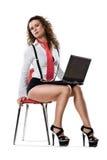 Junge Geschäftsfrau, die auf Stuhl mit Laptop sitzt stockfoto
