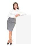 Junge Geschäftsfrau, die auf Zeichen sich lehnt Stockfotografie