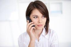 Junge Geschäftsfrau, die beim Telefonaufruf spricht Stockfotografie
