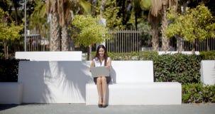 Junge Geschäftsfrau, die den Sonnenschein genießt stock footage