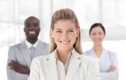 Junge Geschäftsfrau, die an der Kamera lächelt Stockfotos