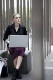 Junge Geschäftsfrau, die draußen mit Laptop sitzt Lizenzfreie Stockbilder