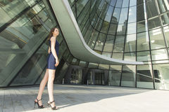 Junge Geschäftsfrau, die draußen steht Erfolg Lizenzfreies Stockfoto