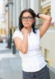 Junge Geschäftsfrau, die draußen träumt Lizenzfreie Stockbilder