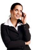 Junge Geschäftsfrau, die durch Mobiltelefon benennt. lizenzfreie stockfotos