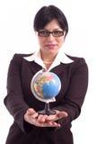 Junge Geschäftsfrau, die ein Erdebaumuster anhält Stockbild