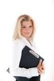 Junge Geschäftsfrau, die ein Faltblatt anhält Lizenzfreies Stockfoto
