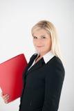 Junge Geschäftsfrau, die ein Faltblatt anhält Lizenzfreie Stockfotografie