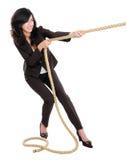 Junge Geschäftsfrau, die ein Seil zieht stockfotografie