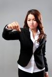Junge Geschäftsfrau, die ein virtuelles Einzelteil auswählt Stockfotografie