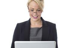 Junge Geschäftsfrau, die eine Laptop-Computer verwendet Lizenzfreie Stockfotos