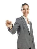 Junge Geschäftsfrau, die eine Taste anhält Stockfotos