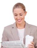 Junge Geschäftsfrau, die eine Zeitung liest Lizenzfreies Stockbild