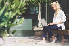 Junge Geschäftsfrau, die an einem Laptop arbeitet lizenzfreies stockfoto