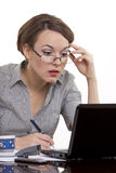 Junge Geschäftsfrau, die an einem Notizbuch arbeitet Lizenzfreies Stockbild