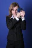Junge Geschäftsfrau, die in einem Spiegel schaut Lizenzfreies Stockbild