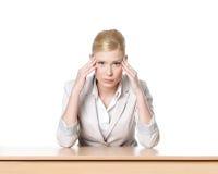 Junge Geschäftsfrau, die an einem Tisch sitzt stockbilder